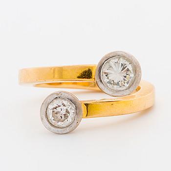 """RING, 18k guld """"Tvillingring"""" 2 briljantslipade diamanter tot 0,91 ct enl. gravyr. Stlk 16,75/52."""