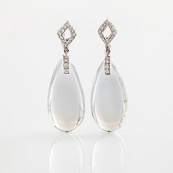 Örhängen cabochonslipad bergkristall och briljantslipade diamanter.