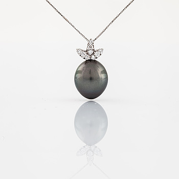 NECKLACE, with cultured pearl and brilliant cut diamond.
