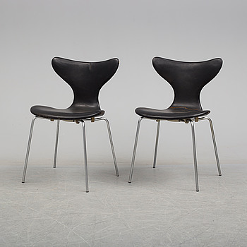 """ARNE JACOBSEN, stolar, 2 st, """"Liljan/Måsen"""", Fritz Hansen."""