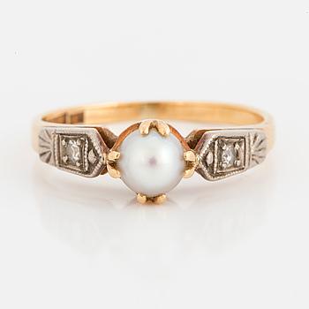 RING, 18K guld med en odlad pärla och två små diamanter 8/8.