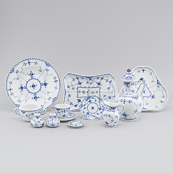 "25 pieces of porcelain tableware from Royal Copenhagen, model ""Musselmalet"", 20th century."
