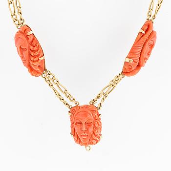 COLLIER, 18K guld med 6 skurna koraller, föreställande ansikten, samt 20 korallkulor. Italienska stämplar.