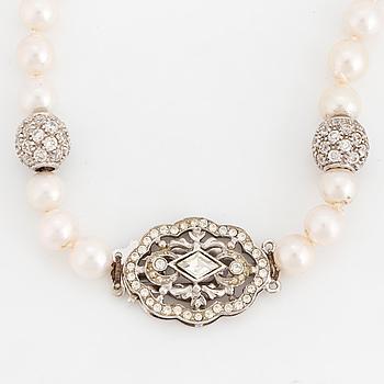 COLLIER, odlade pärlor, silverlås och -kulor med vita stenar. Italienska stämplar.