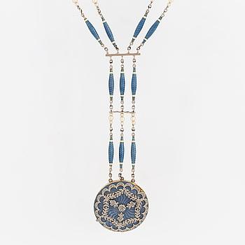 COLLIER, 18K vitguld med runt hänge i guld, emalj o rosenstenar, samt stavformade länkar med emalj i flera rader.