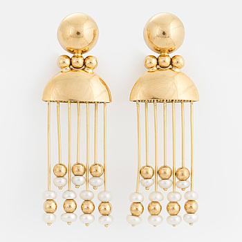 ÖRHÄNGEN, 18K guld med pärlor och guldkulor på rörliga stänger.