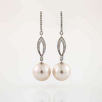 Örhängen odlade pärlor och briljantslipade diamanter.