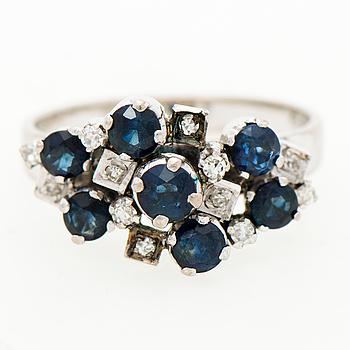 RING, fasettslipade safirer, åttkantslipade diamanter, 18K vitguld.