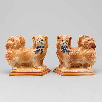 A pair of English creamware figurines of dogs, 20th Century.