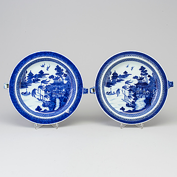 A pair of blue and white export porcelain hot warmer dishes, Qing dynasty, Qianlong (1736-95).