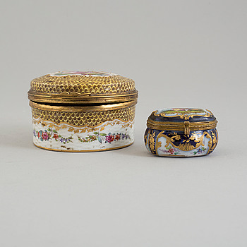 Two French painted porcelain lidded snuff boxes, one with Samson mark, around the year 1900.