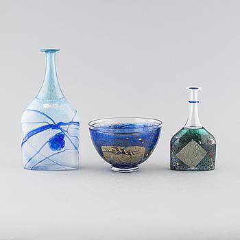 BERTIL VALLIEN, flaskor, 2 st, samt skål, glas, Kosta Boda Artist Collection, signerade.