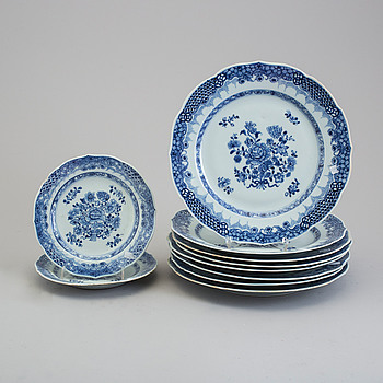 Eight blue and white export porcelain plates with two dishes, Qing dynasty, Qianlong (1736-95).