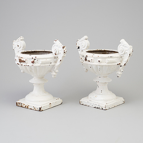A pair of garden urns, early 20th century