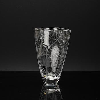 VICKE LINDSTRAND, glas, vas. signerad. Kosta.