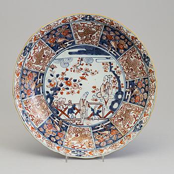 A Japanese imari dish, 18th Century.