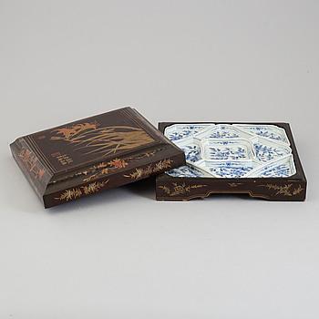 CABARET, porslin i SCHATULL, lack. Sen Qing dynasti, 1800-tal.