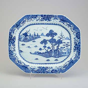 A blue and white export porcelain platter, Qing dynasty, Qianlong (1736-95).