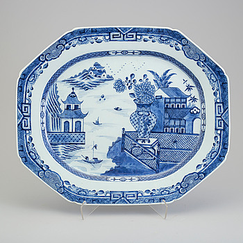 A large blue and white export porcelain platter, Qing dynasty, Qianlong (1736-95).