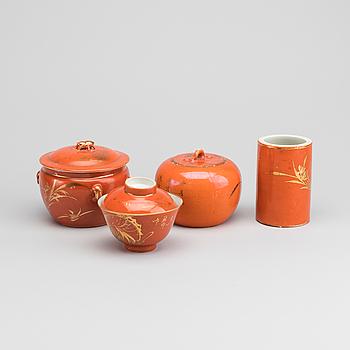 RISSKÅL PENSELSTÄLL samt SKÅLAR MED LOCK, 4 dlr Kina omkring 1900 porslin.