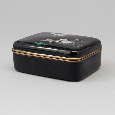 A japanese box with cover, meiji period (1868 1912)