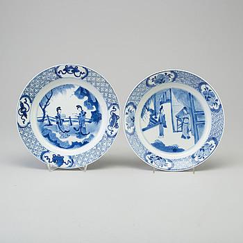 TALLRIKAR, två stycken, porslin. Qingdynastin, Kangxi (1662-1722).