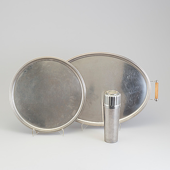 """FOLKE AHRSTRÖM, a cocktailshaker and two trays, steel, """"Thebe"""", Gense."""