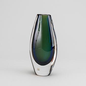 """VICKE LINDSTRAND, vas, glas, märkt; """"Kosta 46451 Lindstrand""""."""
