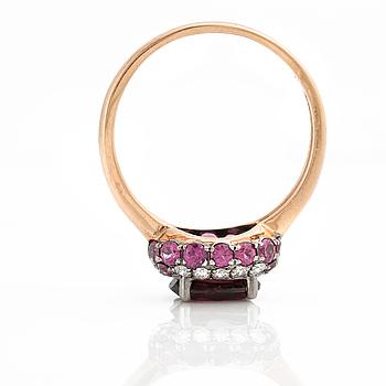 RING, med granatdublett, safirer och briljantslipade diamanter.