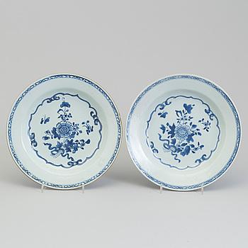 TALLRIKAR, ett par, kompaniporslin. Qingdynastin, Qianlong (1736-95).