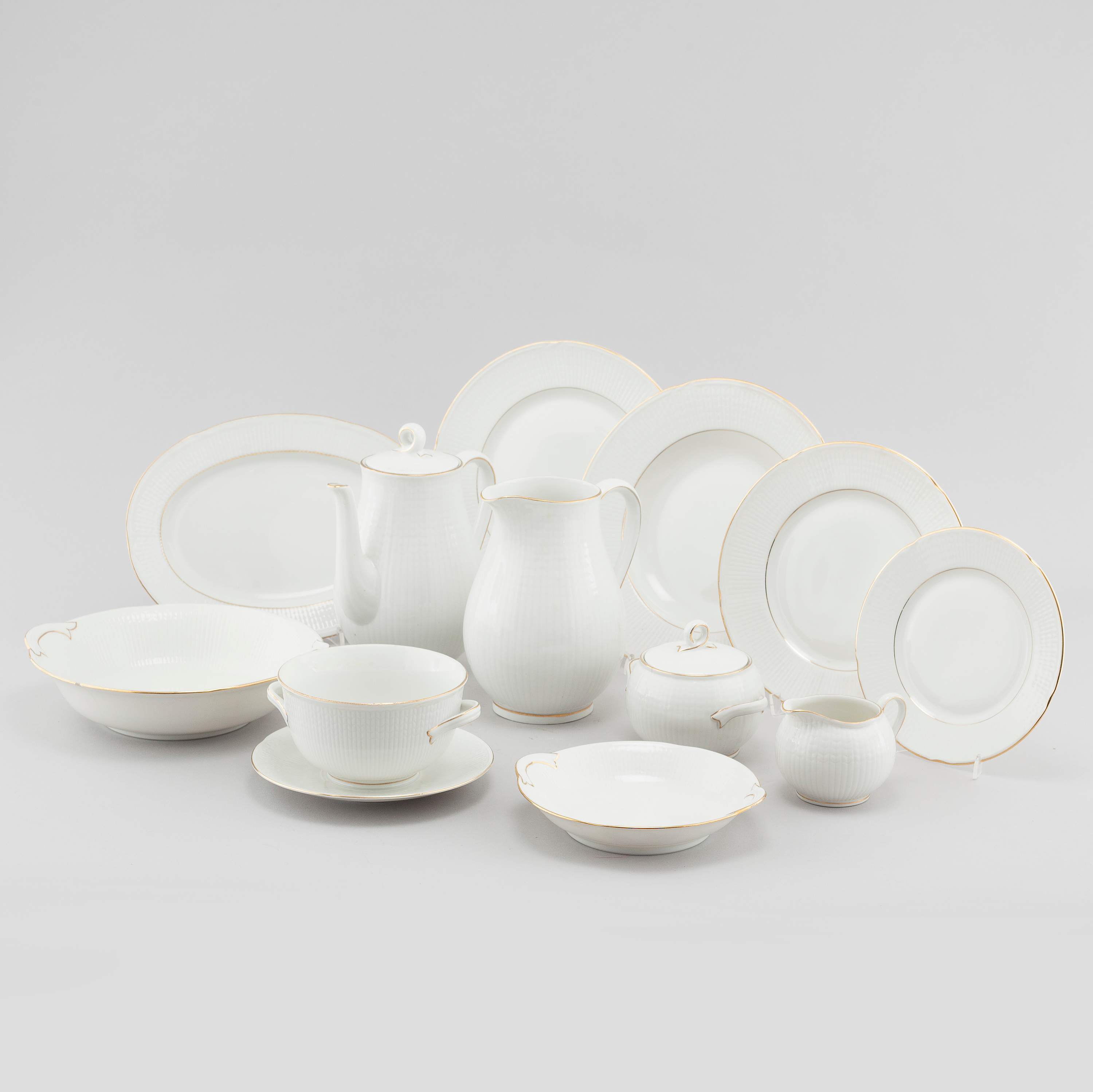 11117104 bukobject & 66 pieces of porcelain tableware by Louise Adelborg for Rörstrand ...