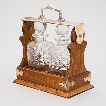KARAFFSTÄLL, låsbart, med karaffpar i rutslipat glas. England 1900-tal.