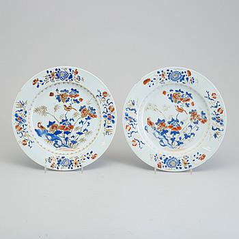 A pair of imari export porcelain plates, Qing dynasty, Qianlong (1736-95).
