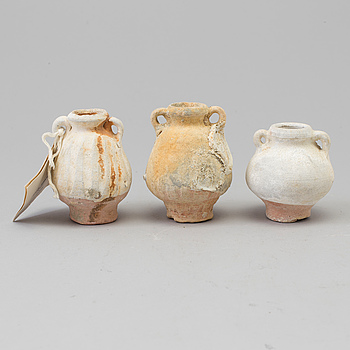 "MINIATYRVASER, tre stycken, keramik. Sawankhalok, 1440-1470. ""Royal Nanhai""."