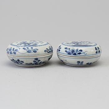 ASKAR med LOCK, ett par, porslin. Qing dynastin, Kangxi (1662-1722).
