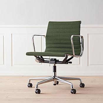 """Kontorsstol grön """"EA 117"""" Charles & Ray Eames för Vitra."""