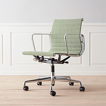 """Kontorsstol Ljusgrön """"EA 117"""" Charles & Ray Eames för Vitra."""