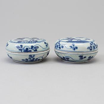 ASKAR med LOCK, två stycken, porslin. Qing dynastin, Kangxi (1662-1722).