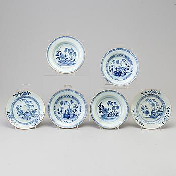 BÄRTALLRIKAR, fyra stycken, samt ASSIETTER, två stycken, kompaniporslin. Qingdynastin, Qianlong (1736-95).