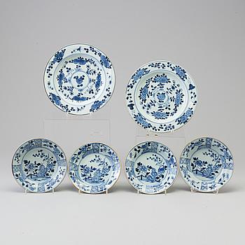 TALLRIKAR, två stycken, samt ASSIETTER, fyra stycken, kompaniporslin. Qingdynastin, Qianlong (1736-95).