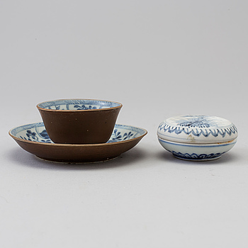 A blue and white box with cover and a tea cup with stand, Qing dynasty, 18th Century.