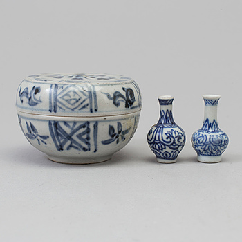 Two blue and white minitature vases and a box with cover, Vung Tau Cargo, 1690.