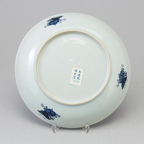 A blue and white dish, qing dynasty, jiaqing (1796-1820). 'fitz-hugh'.