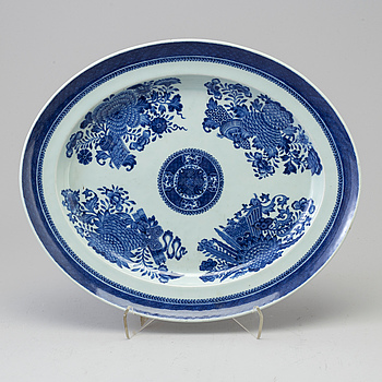 A blue and white 'Fitz-Hugh' serving dish, Qing dynasty, Jiaqing (1796-1820).