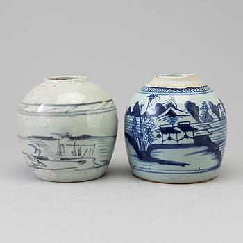 KRUKOR, två stycken,porslin. Qingdynastin, 1800-tal.