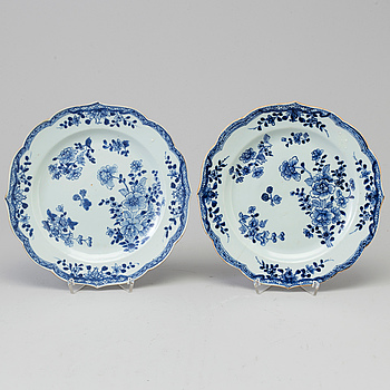 A pair of blue and white dishes, Qing dynasty, Qianlong (1736-95).