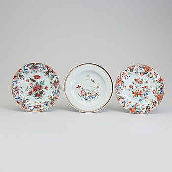 Three famille rose export porcelain plates, Qing dynasty, early 18th century.
