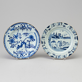 Two blue and white plates, Qing dynasty, early 20th Century.
