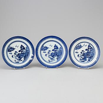 TALLRIKAR, tre stycken, kompaniporslin. Qingdynastin, Qianlong (1736-95).