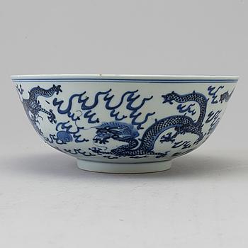 SKÅL, porslin. Qingdynastin, 1800-tal med Kangxis märke.